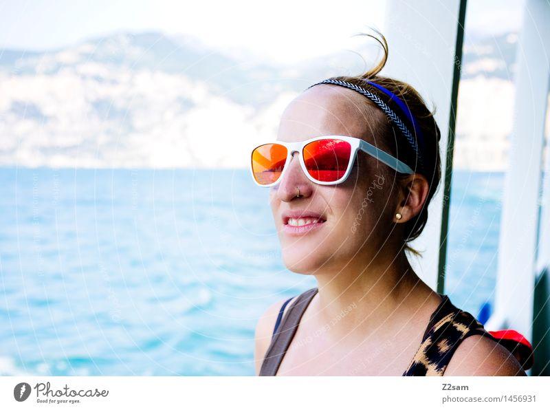 Ahoi. feminin 1 Mensch 18-30 Jahre Jugendliche Erwachsene Natur Wind Wellen Küste Seeufer Gardasee Ohrringe Sonnenbrille Haarband atmen genießen Lächeln Blick
