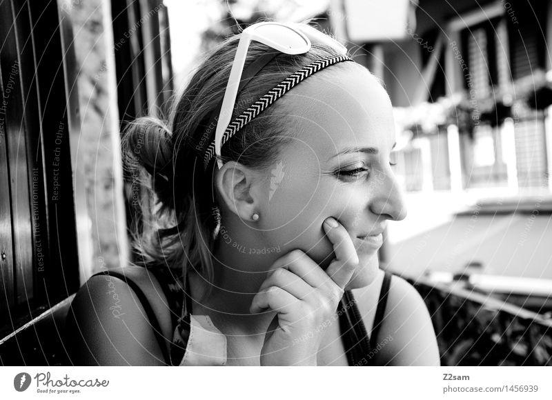 Einfach mal chillen Lifestyle elegant Stil schön feminin Junge Frau Jugendliche 18-30 Jahre Erwachsene Dorf Fischerdorf Altstadt Haus Sonnenbrille blond
