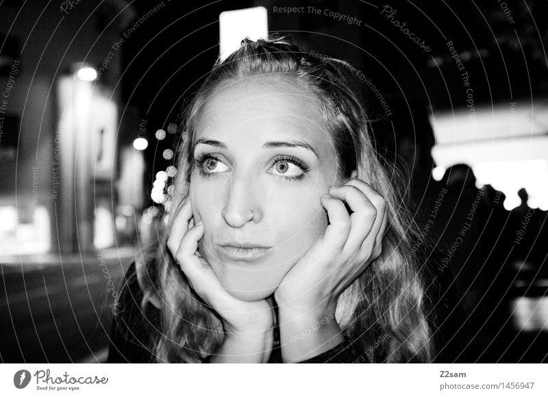 Geh ma jetzt? Lifestyle elegant Stil feminin Junge Frau Jugendliche 18-30 Jahre Erwachsene Stadtzentrum blond langhaarig beobachten genießen träumen dunkel