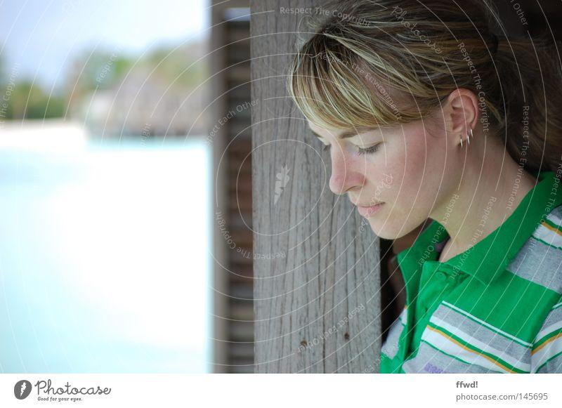 Auszeit Frau Mensch Wasser Meer Sommer Strand Ferien & Urlaub & Reisen Erholung feminin Freiheit träumen Denken Zufriedenheit Küste Zeit frei