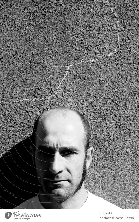 Mitski hat Kopfschmerzen Porträt Schwarzweißfoto Glatze Wand Gesicht Hautfalten grimmig Schmerz Riss Sonne Schatten skeptisch Mann Wut Ärger Zwillingsbruder