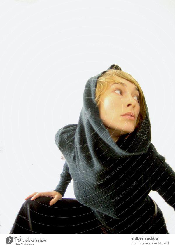 Paranoia Frau Gesicht Erwachsene Angst Körperhaltung Falte Jagd Schulter Pullover Kapuze Panik Nervosität Freisteller Überbelichtung Rollkragenpullover