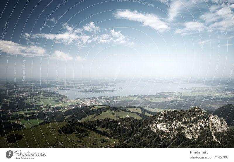 """Der """"Schiemsee"""" Bayern CSU See Wasser Himmel Wolken Berge u. Gebirge Chiemsee Oberbayern Felsen Kalkstein kahl hoch blau weiß weiß-blau Gipfel Aussicht Hügel"""