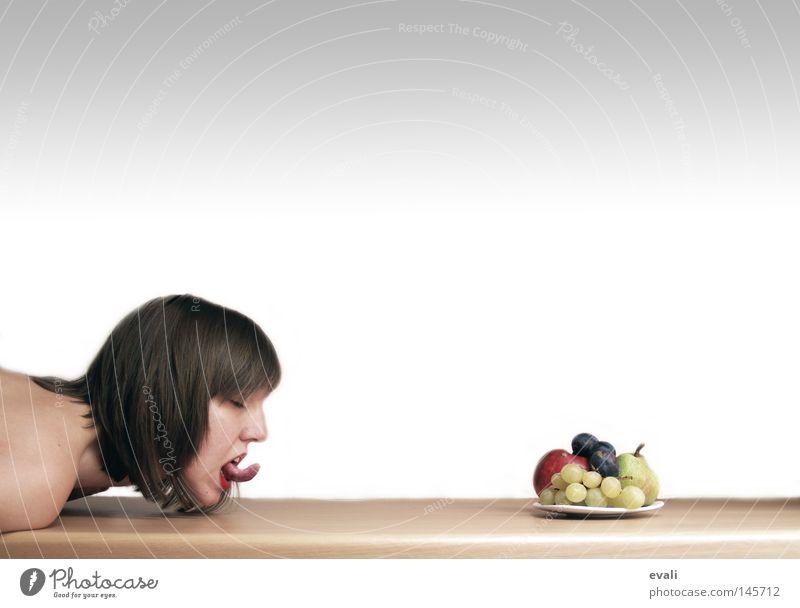 Greed Frau Arme Frucht Tisch Porträt Teller Zunge Mund Geschirr