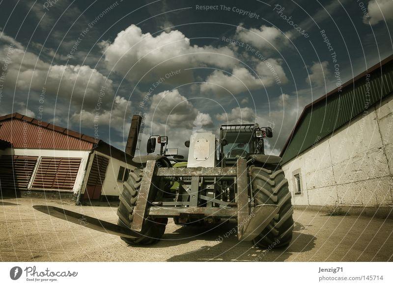 Farmers toy. Stall Bauernhof Maschine Traktor Stapler Himmel Wolken Viehzucht aufräumen Landwirtschaft Ackerbau Kuhstall Landwirtschaftliche Geräte Maschinenbau