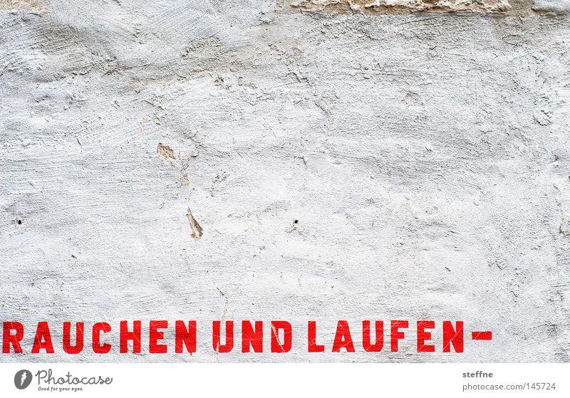 Volkssport Rauchen Tabakwaren laufen Laufsport Rauchen verboten Schriftzeichen Typographie rot weiß Wand Mauer Hinweisschild Zeichen Warnhinweis Tod Sensenmann