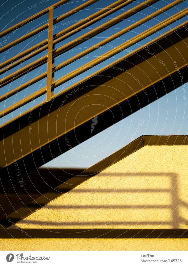 Halbe Treppe. gelb Dach sanft Treppengeländer Abendsonne
