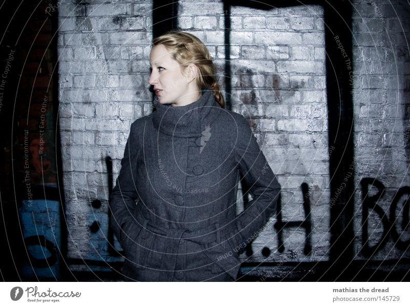 CHROME Frau Winter schwarz Einsamkeit Farbe Herbst Straße dunkel kalt Schnee Wand Graffiti grau Wärme Stein