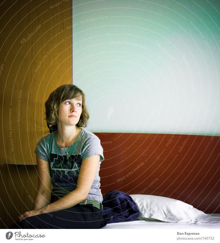 On a Hotel bed Frau Mädchen sitzen Bett Kissen Schlafzimmer