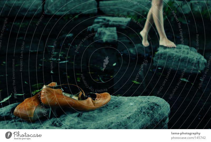 Boulevard of broken dreams Frau Wasser Meer Einsamkeit dunkel Herbst Freiheit träumen Stein Schuhe Beine Zufriedenheit Haut gehen laufen frei