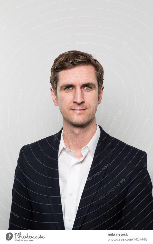Studioaufnahme eines glücklichen Geschäftsmannes trinken Gesicht Sport Business Mann Erwachsene Hemd Anzug Jacke blond Papier Denken träumen dünn frech hoch