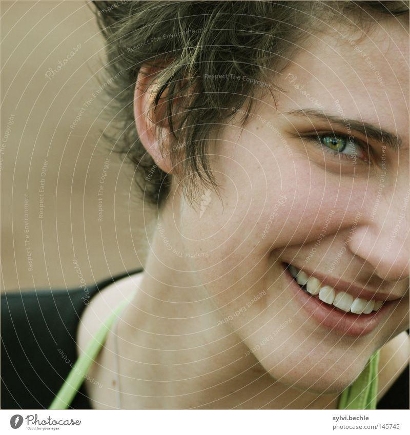 simple Freude schön Haare & Frisuren Gesicht Frau Erwachsene Jugendliche Kopf gehen lachen einfach Fröhlichkeit grinsen zart heiter frontal Seite Lächeln Leben