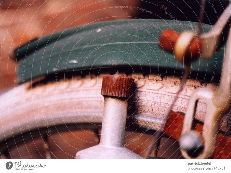 [HH08.3] Dynamo grün rot Herbst Metall Fahrrad Freizeit & Hobby Energiewirtschaft Verkehr kaputt Vergänglichkeit Rost Verfall Reifenprofil anstrengen Nostalgie
