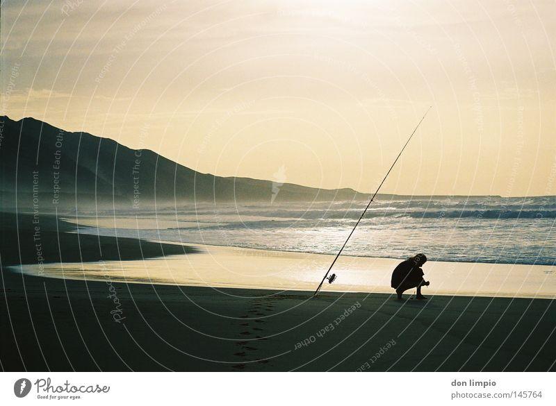 la costa oeste 2 Mensch Wasser Himmel Strand Berge u. Gebirge Sand Wellen Freizeit & Hobby analog Rolle Angler Angelrute Fuerteventura Cofete