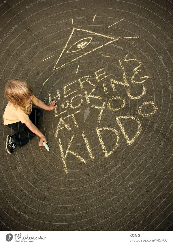 früh übt sich Kind Freude Straße Spielen Graffiti Schriftzeichen Asphalt Buchstaben streichen zeichnen Gemälde Gott Kreide Götter Zeichnung Straßenkunst