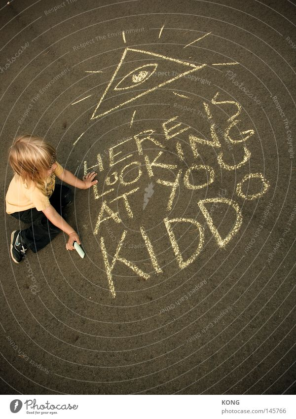 früh übt sich Kind Spielen Kritzelei Gemälde streichen zeichnen Vandalismus Kreide Buchstaben Schriftzeichen Kinderspiel Schmiererei Straßenkunst Asphalt
