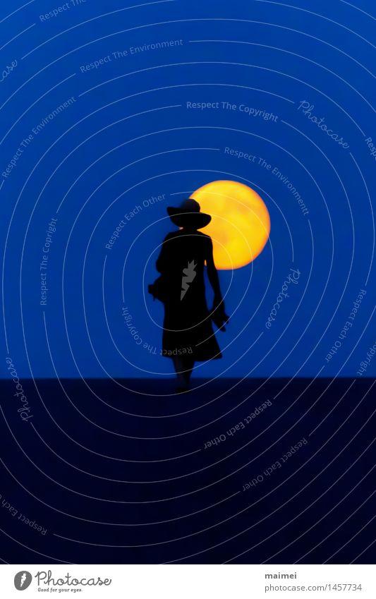 Heimweg bei Vollmond wandern Frau Erwachsene 1 Mensch Natur Nachthimmel Mond Straße Kleid Hut gehen Gelassenheit Einsamkeit Freiheit Frieden Idylle einzigartig