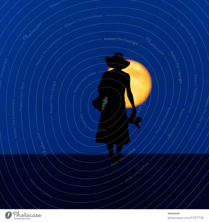 Barfuß durch die Nacht harmonisch Wohlgefühl wandern Frau Erwachsene 1 Mensch Natur Mond Vollmond Straße Kleid Hut gehen Mut Einsamkeit Abenteuer Freiheit