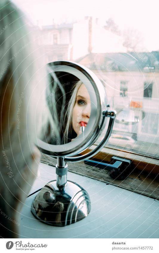 Winter Lippenstift Lifestyle elegant Stil Freude schön Kosmetik Schminke Freizeit & Hobby Abenteuer Freiheit Veranstaltung blond Spiegel einfach frech
