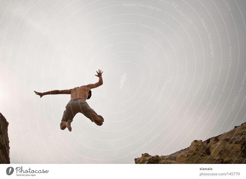 x Himmel Mann Natur Jugendliche Sommer Freude Bewegung Freiheit grau Glück Sand Stein springen Erde Fuß
