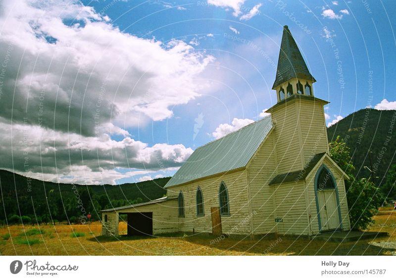 Nicht ohne Garage.. blau weiß Sonne Sommer Wolken Straße Religion & Glaube Traurigkeit hell braun Ordnung Kirche Turm Trauer Schönes Wetter USA