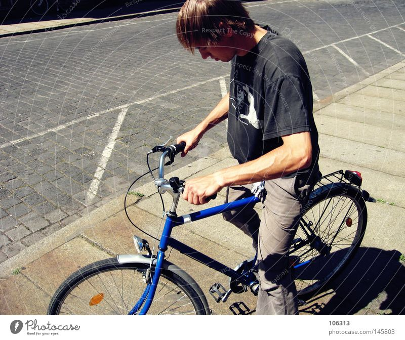 Alter Mann & Paul blau Sommer schwarz Wärme Fahrrad Coolness fahren Bürgersteig T-Shirt Physik Leipzig wegfahren Straße