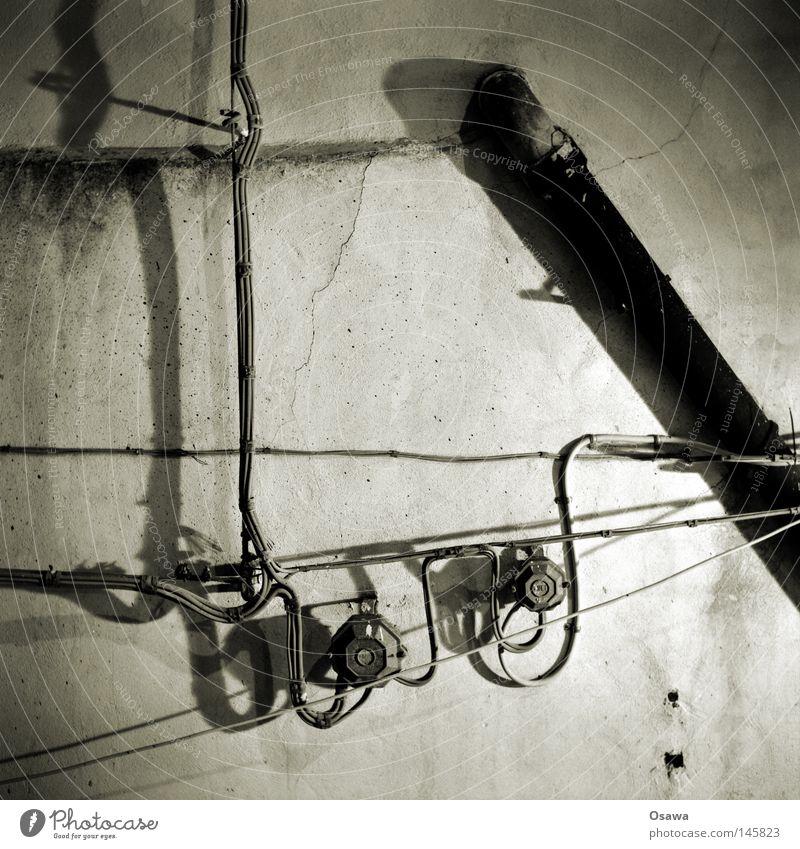 Ragusa 02 alt Fassade Kabel verfallen Italien Stahlkabel Quadrat Röhren Eisenrohr antik Abfluss Barock Mittelformat Schwarzweißfoto Nachtaufnahme Sizilien