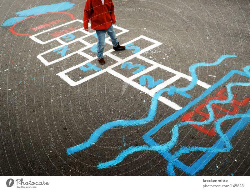 Zwischen Himmel und Erde Hölle Linie blau weiß rot Mädchen Kind Spielen Freude springen Boden Asphalt Gemälde Wellen Jacke Jeanshose Jeansstoff Ziffern & Zahlen