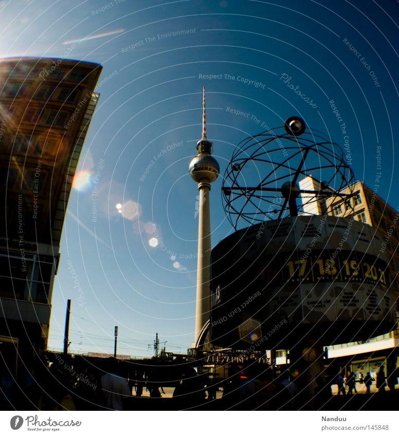 alles schmiegt sich an den Turm Himmel Sonne blau Berlin Kunst Deutschland Hochhaus Tourismus Denkmal Wahrzeichen Schönes Wetter Berliner Fernsehturm krumm
