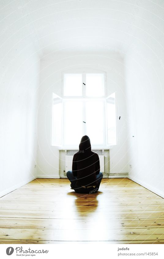 Meditation. Mensch Lebewesen sitzen Raum Wohnung Licht hell Erkenntnis Überbelichtung Holzfußboden Parkett Bodenbelag Heizkörper Heizung Fenster offen lüften