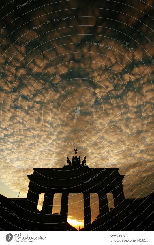 PARISer platz Himmel Wolken schwarz Farbe Berlin Architektur grau Regen Deutschland Platz modern trist Kreis Baustelle Pferd