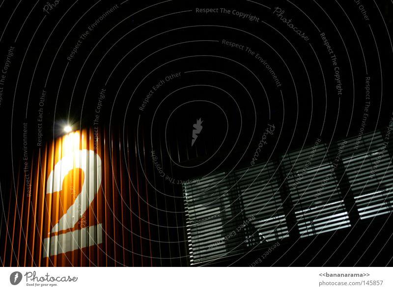 Büro Nr.2 Haus schwarz dunkel Fenster hell orange Ziffern & Zahlen Ladengeschäft Lagerhalle Voyeurismus Einbruch spionieren Rollladen Callcenter