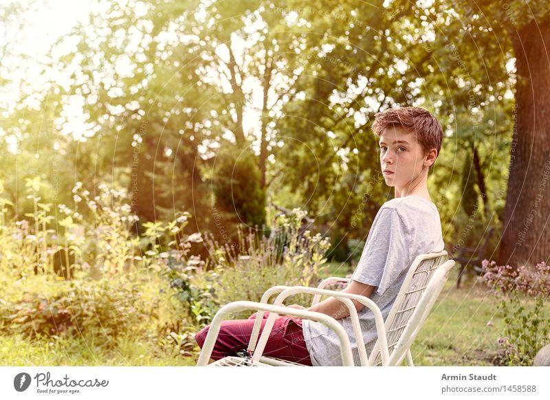 Leerer Stuhl III Lifestyle Erholung ruhig Sommer Garten Mensch maskulin Junger Mann Jugendliche 1 13-18 Jahre Natur Pflanze Schönes Wetter Wiese sitzen
