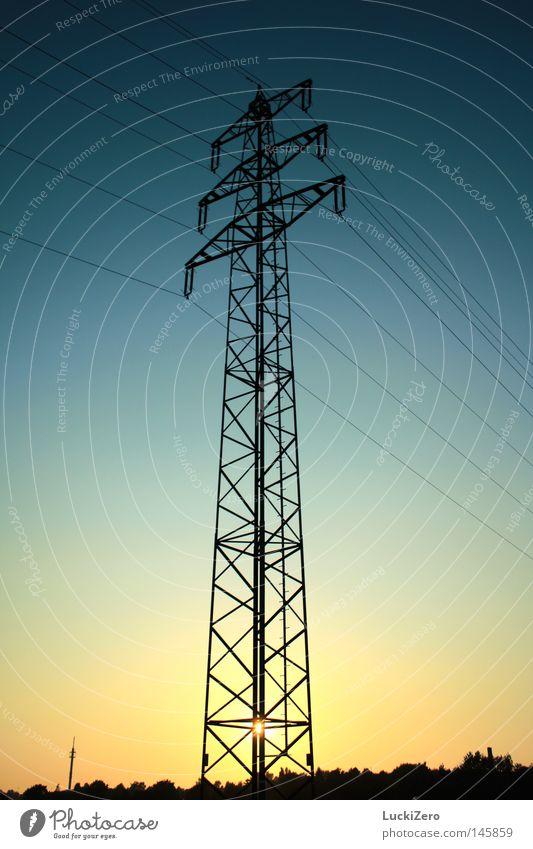 Solarenergie Elektrizität Sonnenuntergang Strommast Baugerüst Abend Himmel Kabel Stahlkabel Schatten dunkel blau orange gelb schwarz Horizont Gitter Turm hoch