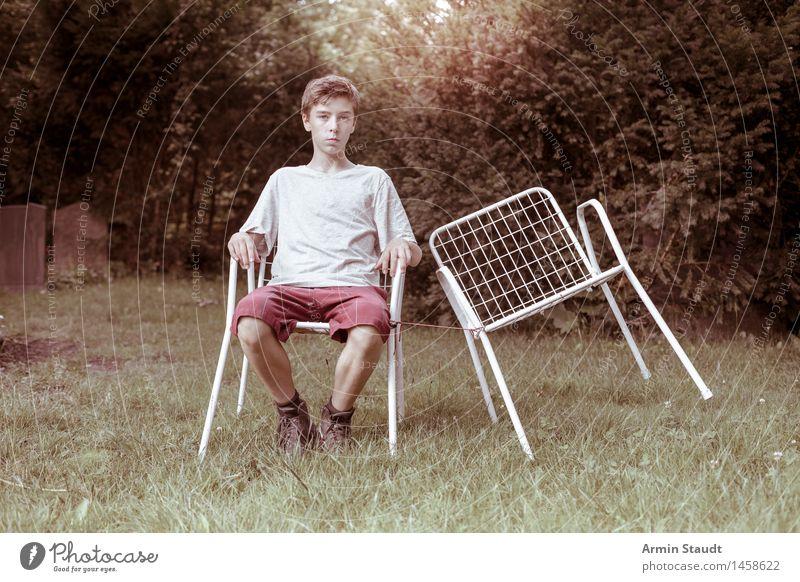 Leerer Stuhl II Lifestyle Erholung ruhig Garten Mensch maskulin Junger Mann Jugendliche 1 13-18 Jahre Natur Sommer Schönes Wetter Wiese Shorts sitzen