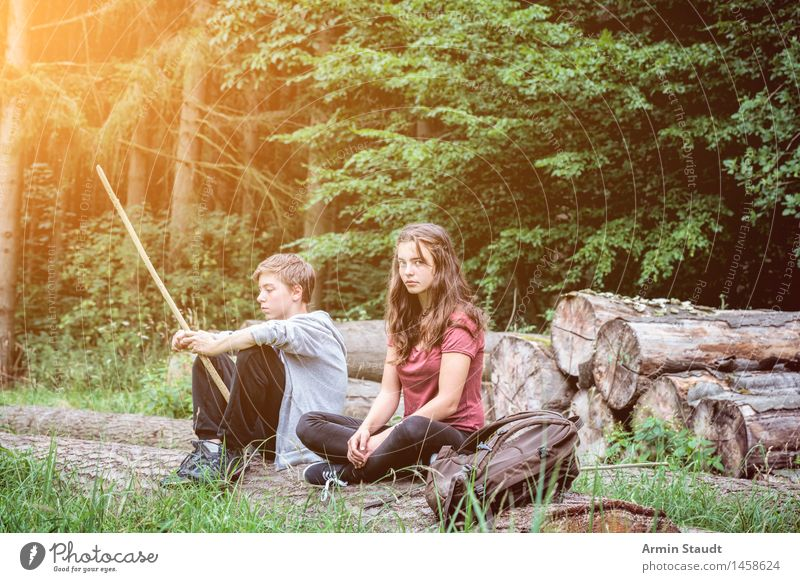 Wandern - Pause - Wald Mensch Frau Natur Jugendliche Sommer Junge Frau Erholung Junger Mann ruhig Wald Erwachsene feminin Familie & Verwandtschaft Lifestyle Paar Zusammensein