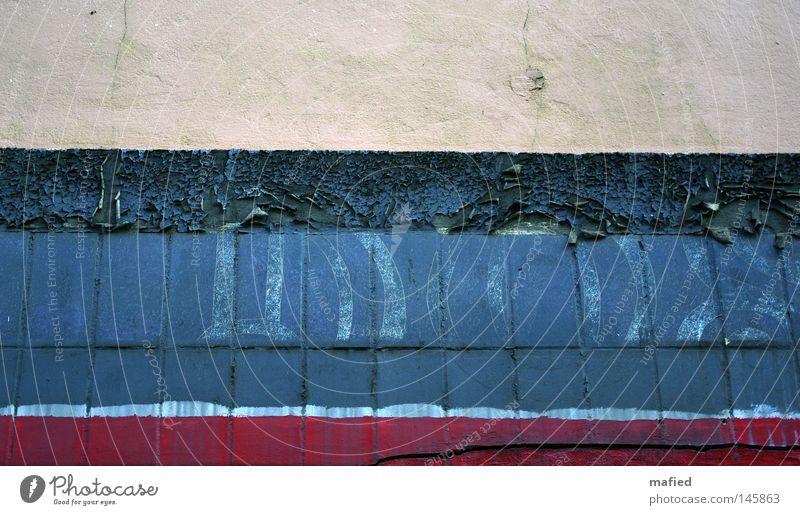 Quergestreift [HH08.3] alt weiß blau rot Farbe Wand Farbstoff Mauer dreckig Schriftzeichen Streifen verfallen Putz beige Logo abblättern
