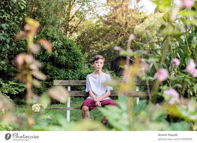 Einsame Idylle Mensch Natur Jugendliche Pflanze schön Sommer Erholung Junger Mann Einsamkeit ruhig Gefühle Frühling natürlich Gesundheit Lifestyle Garten