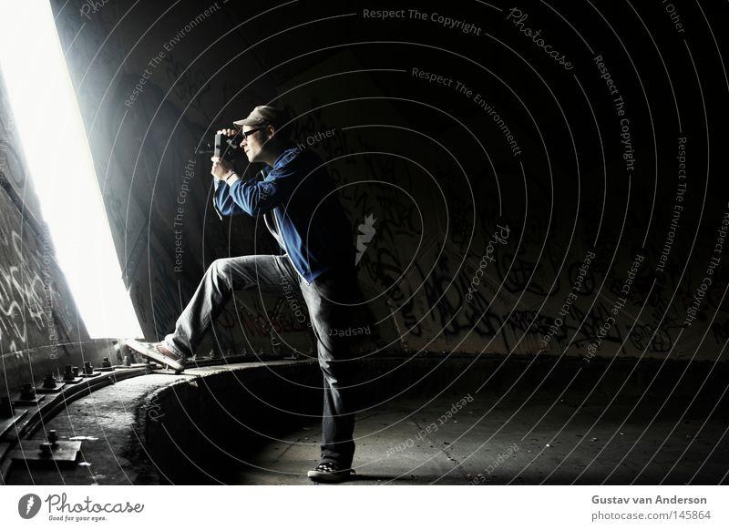 Acht Millimeter Mensch alt Einsamkeit dunkel Gebäude leer Brille rund Fotokamera Filmindustrie verfallen Kugel Aussicht drehen Video filmen