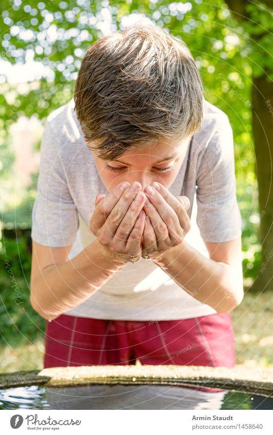 Wasser trinken II Mensch Natur Jugendliche schön Sommer Gesunde Ernährung Hand Erholung Junger Mann Leben Lifestyle Kopf maskulin frisch 13-18 Jahre