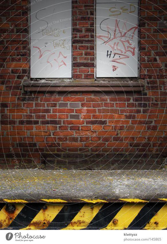 Bahnhofswand alt rot schwarz Farbe gelb dunkel Fenster Wand Graffiti grau Stein Mauer Linie dreckig Beton Eisenbahn
