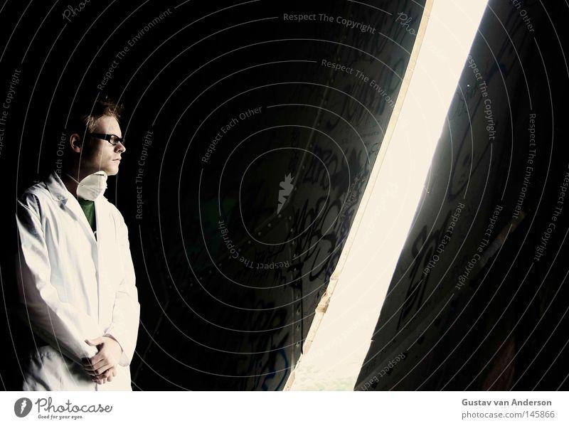 Ausgang Mensch Mann alt weiß Einsamkeit dunkel Gebäude Tür leer Brille rund Gesundheitswesen Arzt verfallen Kugel Aussicht