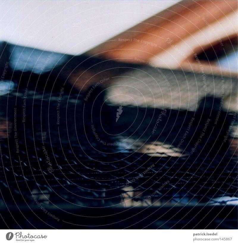 [HH08.3] Interzone Haus schwarz dunkel Wand Herbst Treppe Schutz Geländer aufwärts Treppengeländer Draht Gitter Neigung unklar September Optik