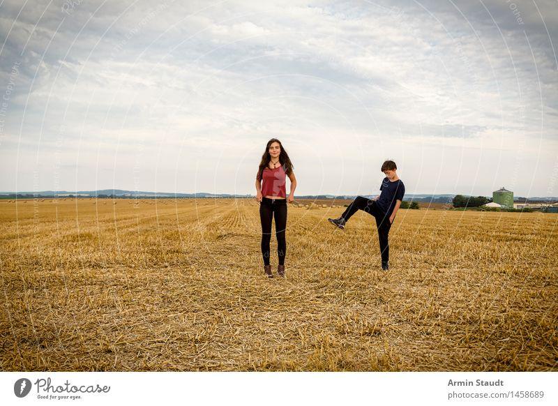 Faxen auf dem Feld Mensch Natur Ferien & Urlaub & Reisen Jugendliche Sommer Junge Frau Junger Mann Landschaft Wolken Freude Ferne Leben feminin Spielen