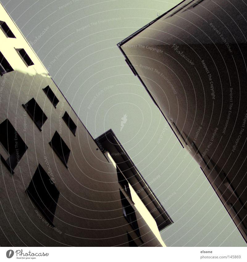 . Himmel blau Stadt Wolken Haus schwarz kalt dunkel Leben Fenster Freiheit oben Architektur grau Stein