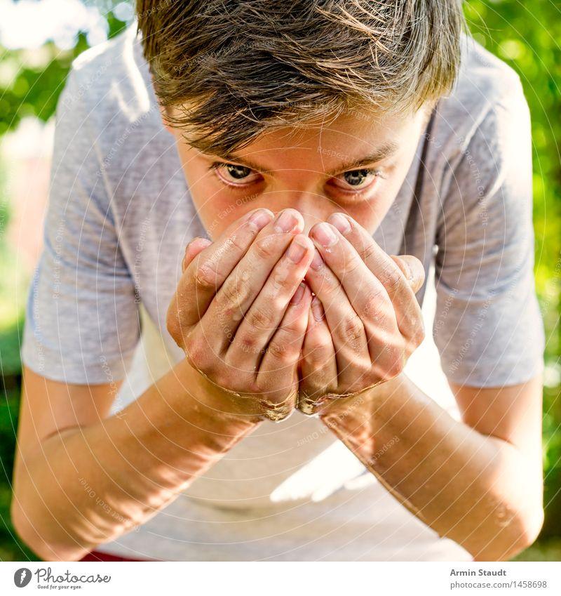 Wasser trinken Mensch Natur Jugendliche schön Sommer Hand Erholung Junger Mann Leben Gesundheit Lifestyle Kopf maskulin 13-18 Jahre Ernährung