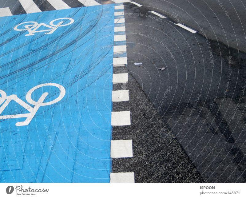 Cykelsti Straße Kopenhagen Dänemark Bremsspur Linie Fahrrad dreckig Zebrastreifen Bürgersteig dunkel hell weiß hell-blau grau schwarz Spuren Quadrat Streifen