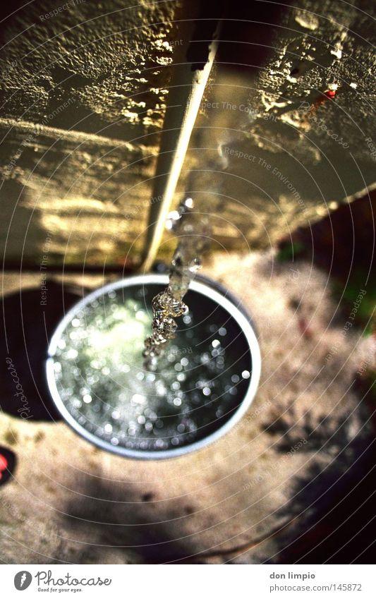 eimer voller wasser Wasser Haus Wand Garten grau Fuß Klarheit analog Urelemente Tiefenschärfe Kristallstrukturen Leitung Wasserhahn Eimer Wasserstrahl