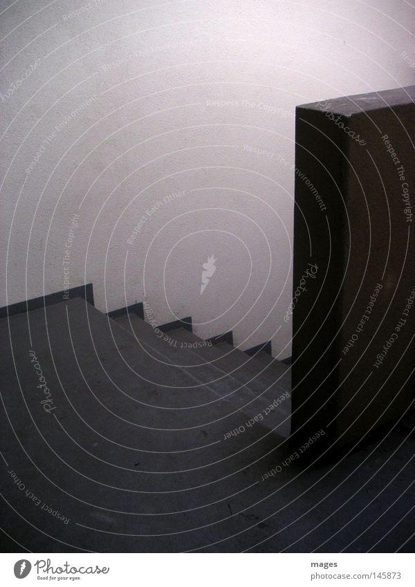Abgang Treppe Treppenhaus Treppenabsatz Podest Mauer Ecke Dachboden Keller dunkel Licht Lichteinfall Beton grau einfach Fluchtweg Detailaufnahme Angst Panik