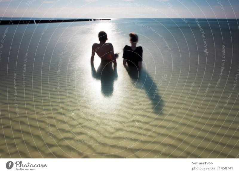 Wellenmuster am Strand der Ostsee, ein Paar sonnt sich am Strand Natur Landschaft Pflanze Tier Sand Wasser Wolkenloser Himmel Sonne Sonnenlicht Sommer Wetter